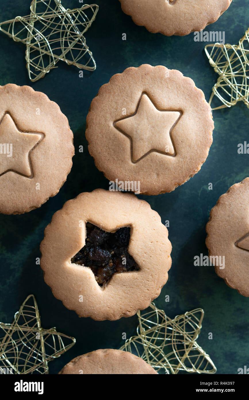Traditionelle Obstkuchen mit einem Stern auf dem oberen Blatt vor den Mund. Stockfoto