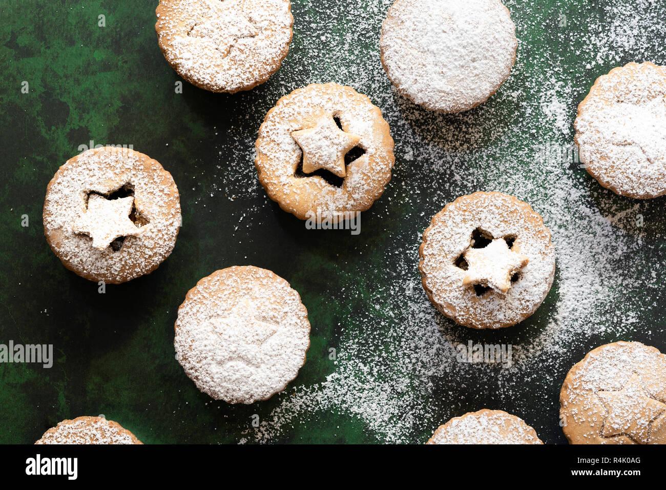 Weihnachten Obst mince pies mit Gebäck Stern auf der Spitze. Stockfoto