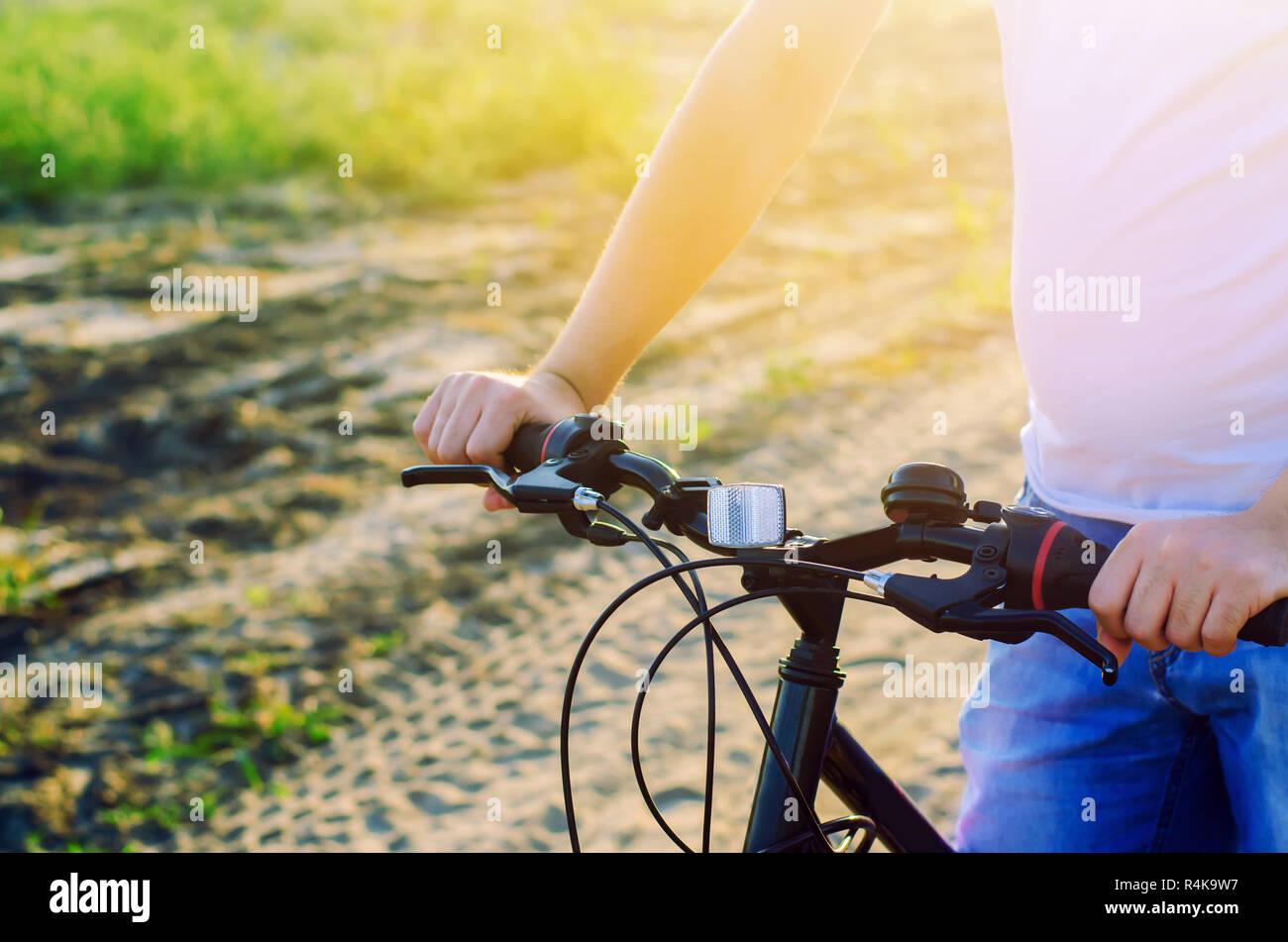Fahrrad- und Menschen in die Natur hautnah, Reisen, gesunden Lebensstil, Land laufen. Fahrradrahmen. sonnigen Tag Stockfoto