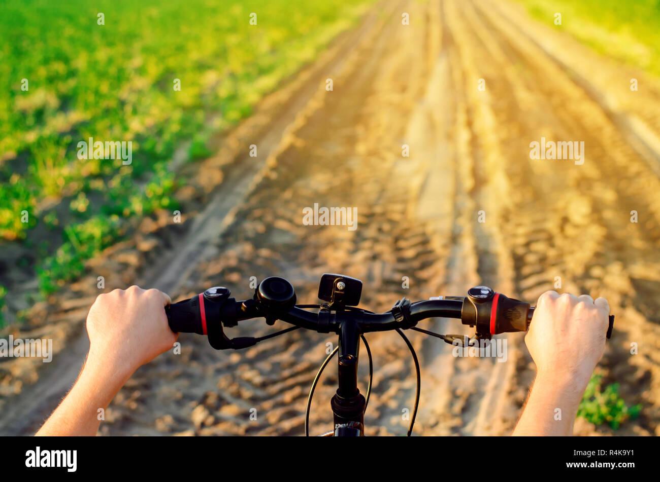 Fahrrad- und Menschen in die Natur hautnah, Reisen, gesunden Lebensstil, Land laufen. sonnigen Tag. Fahrrad fahren Stockfoto