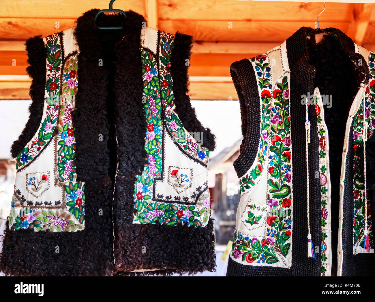 a3794f37d0a9fe Leder Weste mit rumänischen traditionelle Stickereien. Stockbild