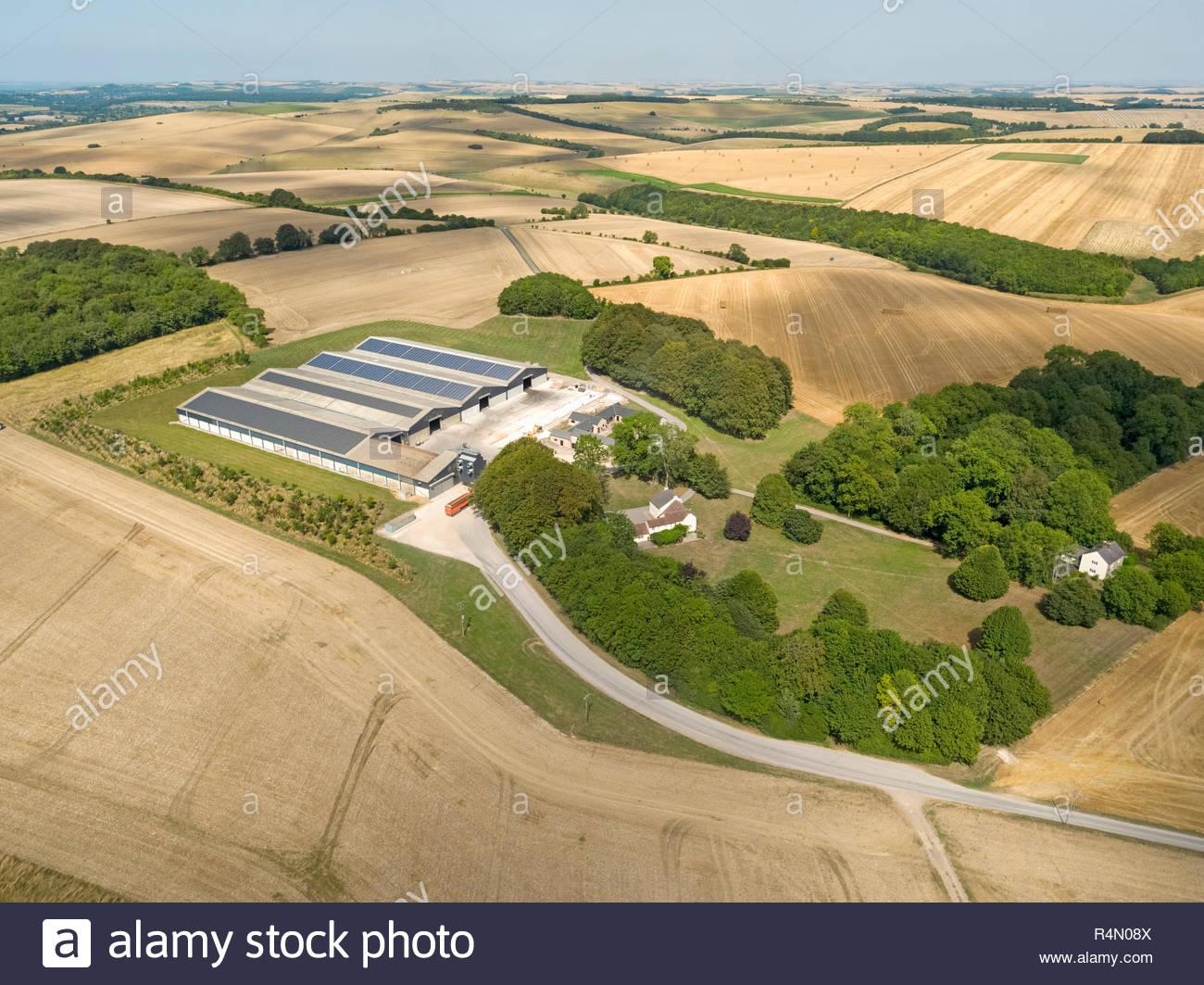 Antenne Landschaft von landwirtschaftlichen Gebäuden und im Sommer geernteten Weizen und Gerste Felder Stockfoto
