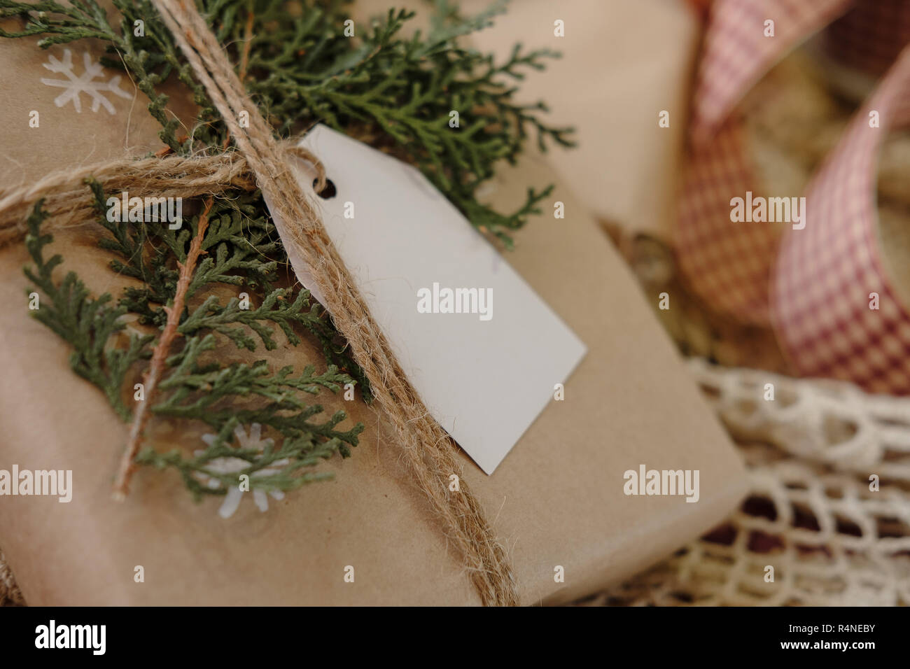Klassische Weihnachtsgeschenke.Leere Geschenkanhänger Auf Klassische Vintage Christmas Gift Box