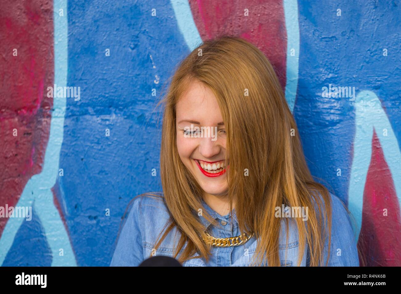 Lachen expressive positive herrliche Freude Ausdruck alpfabet womans Frauen Modell - freigegebene Release Stockbild