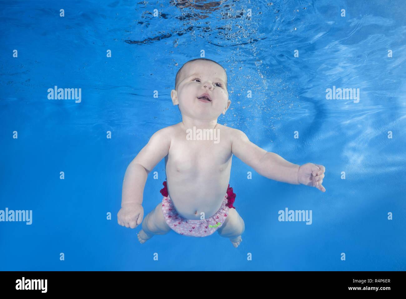 November 17, 2018 - Odessa, Ukraine, Europa - Baby lernt, schwimmt unter Wasser im Pool auf einem blauen Wasser Hintergrund. Gesunde Familie Lifestyle und Kinder Wassersport Aktivitäten. (Bild: © Andrey Nekrasov/ZUMA Draht) Stockbild