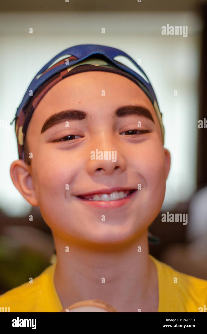 Porträt eines Jungen verkleidet als Pirat, das Tragen von eyeliner Augenbrauen mehr Prominente zu machen. Stockbild
