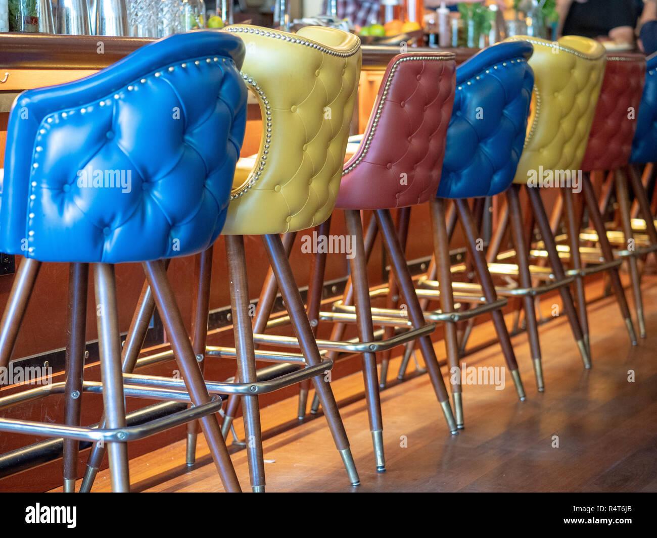 Blauegelbe der rote Leder bar vor aufgereiht und Stühle DHIE29