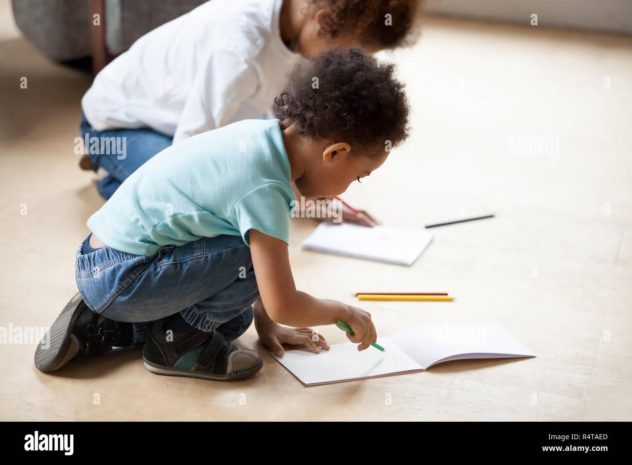ed6f0e384b32 Kleine afrikanische amerikanische Kinder zeichnen mit Bunte ...