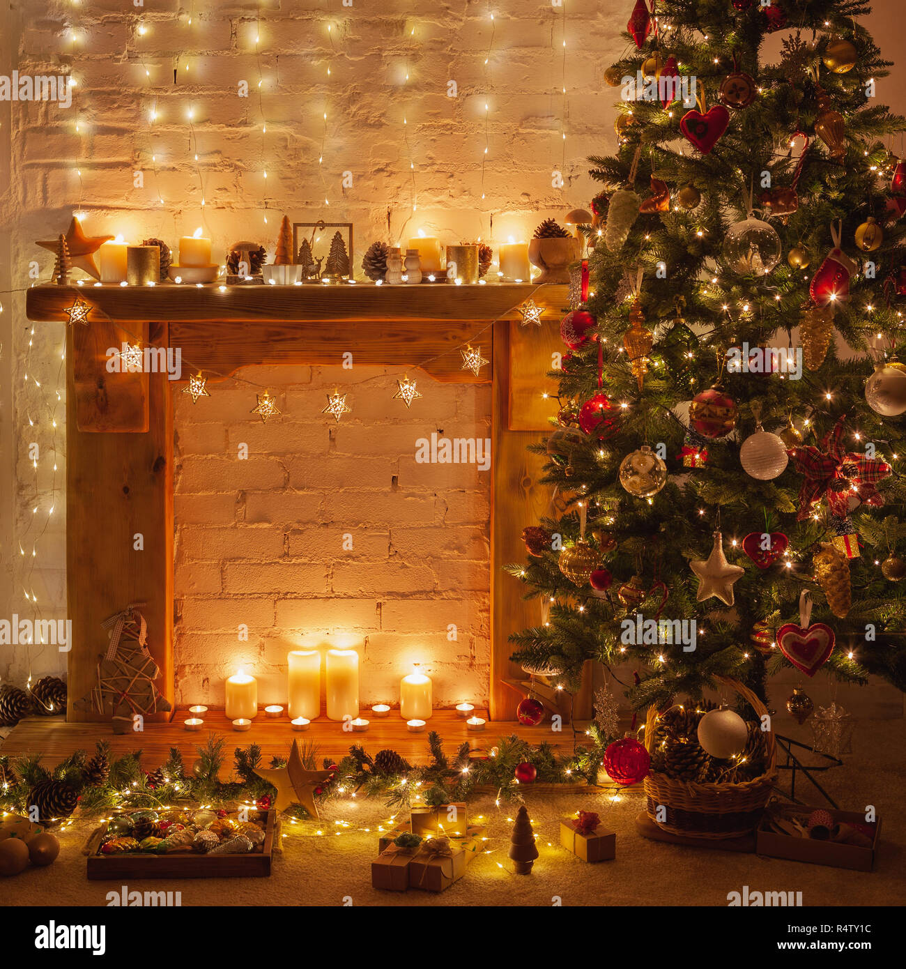 Beleuchtete Bilder Weihnachten.Magische Weihnachten Dekoriert In Warmen Kamin Mit Massivholz