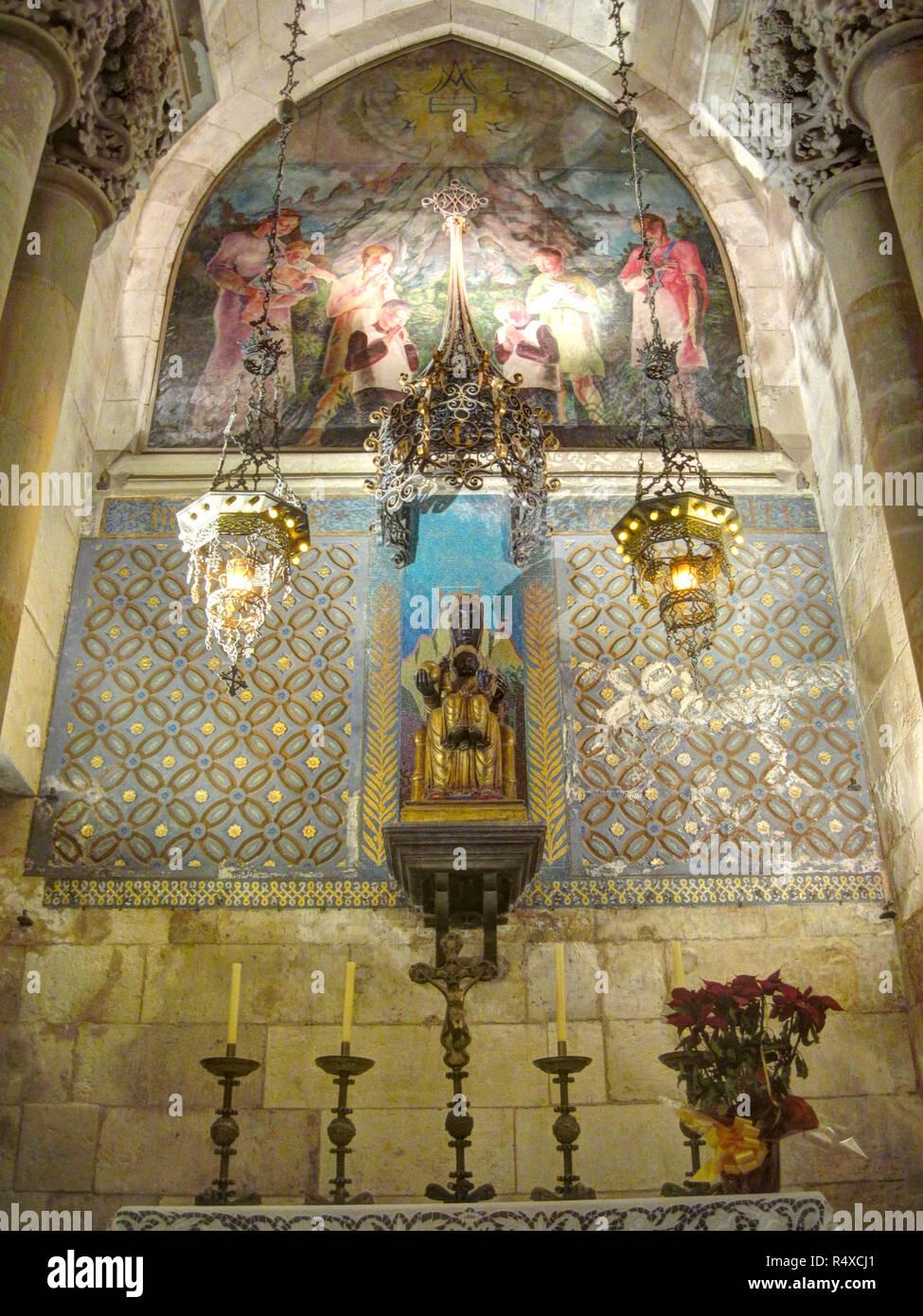 Die richtigen Altar mit zwei Kerzenhalter und einige Fresken in der unteren Krypta Sagrada Familia, Barcelona, Spanien Stockbild