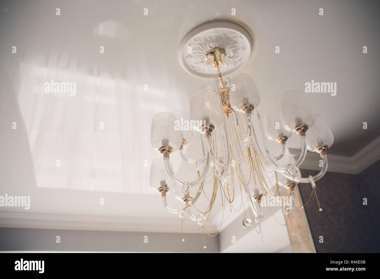 Moderne Kronleuchter Mit Schirm ~ Moderne kronleuchter aus der glühlampen hergestellt stockfoto
