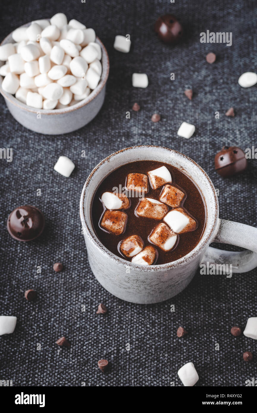 Hot Johannisbrot trinken gekrönt mit Marshmallows, eine kostenlose Alternative zu Schokolade. Stockbild