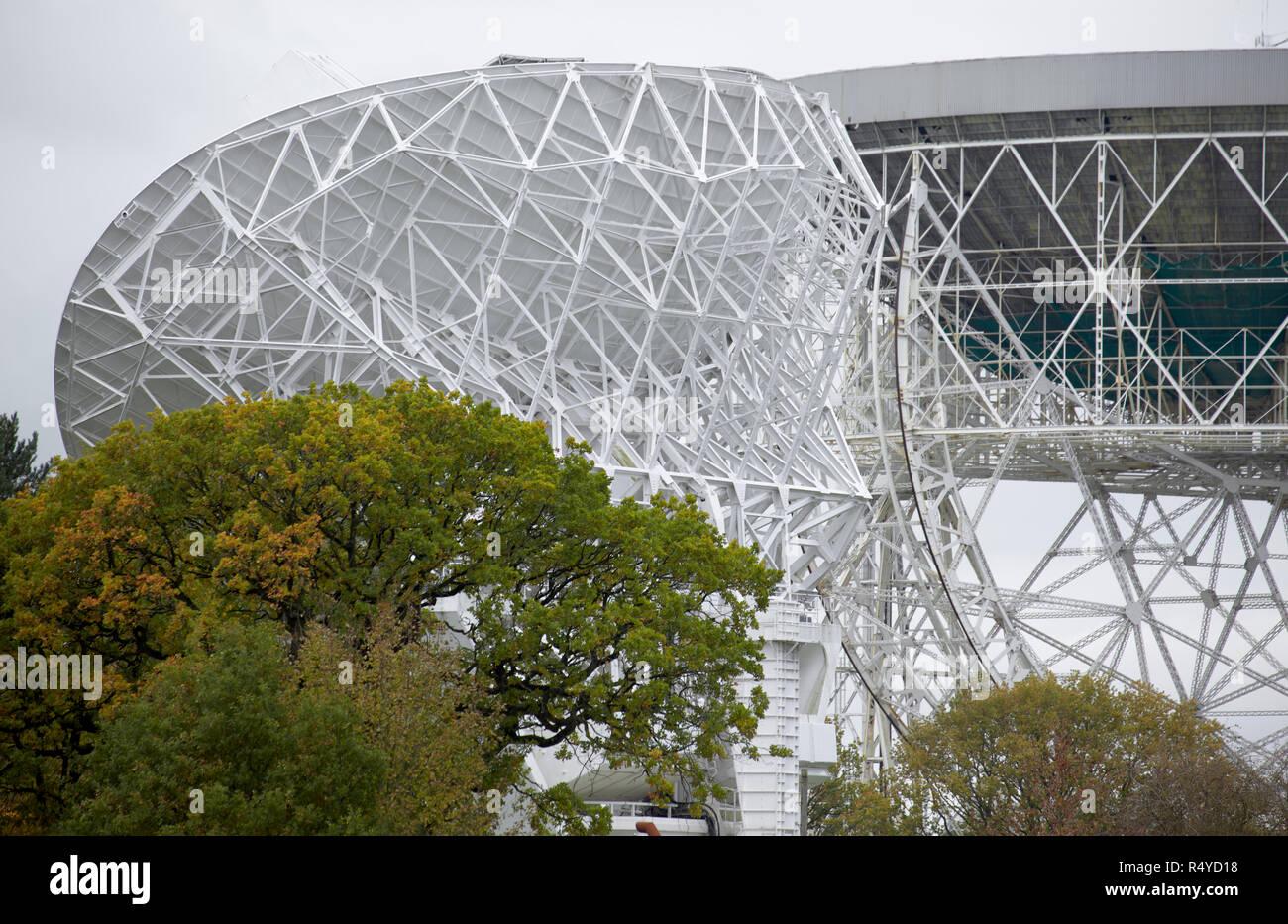 Astronomisches teleskop über bewölktem himmel mit dem mond