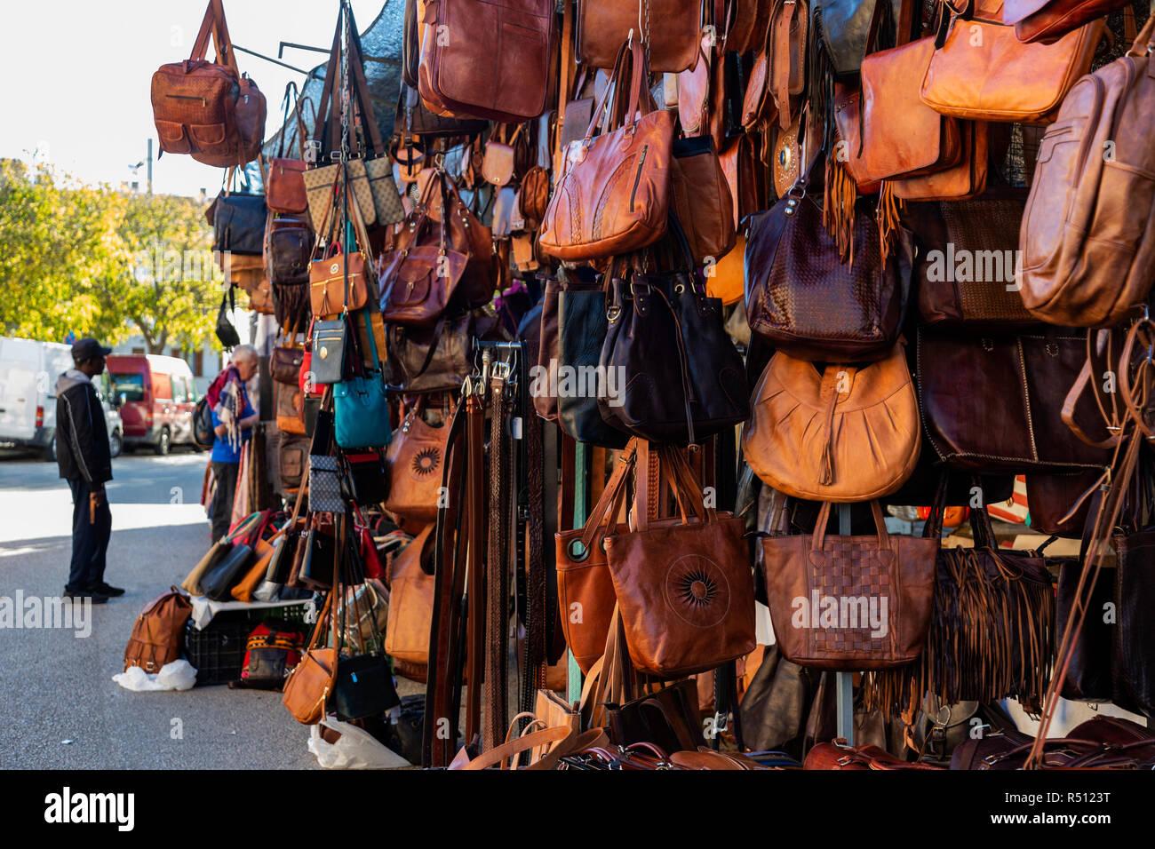 Handtaschen aus Leder zum Verkauf auf dem Wochenmarkt in der