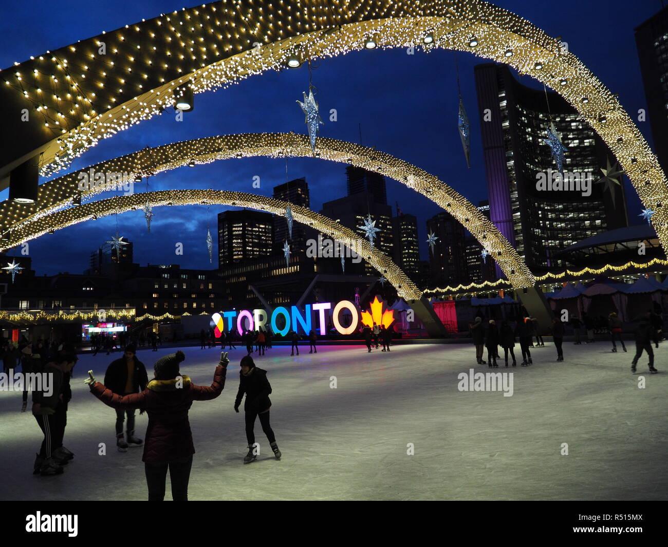 Moderne Weihnachtsbeleuchtung.Eislaufbahn Mit Weihnachtsbeleuchtung Und Beleuchtete Toronto