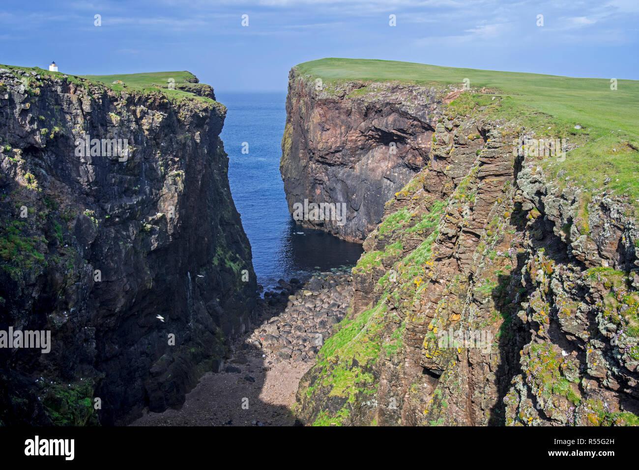 Calder's Geo, erodierte Ufer, tiefe Kluft in Sea Cliff bei Eshaness/Esha Ness, Northmavine, Festland, Shetlandinseln, Schottland, Großbritannien Stockbild