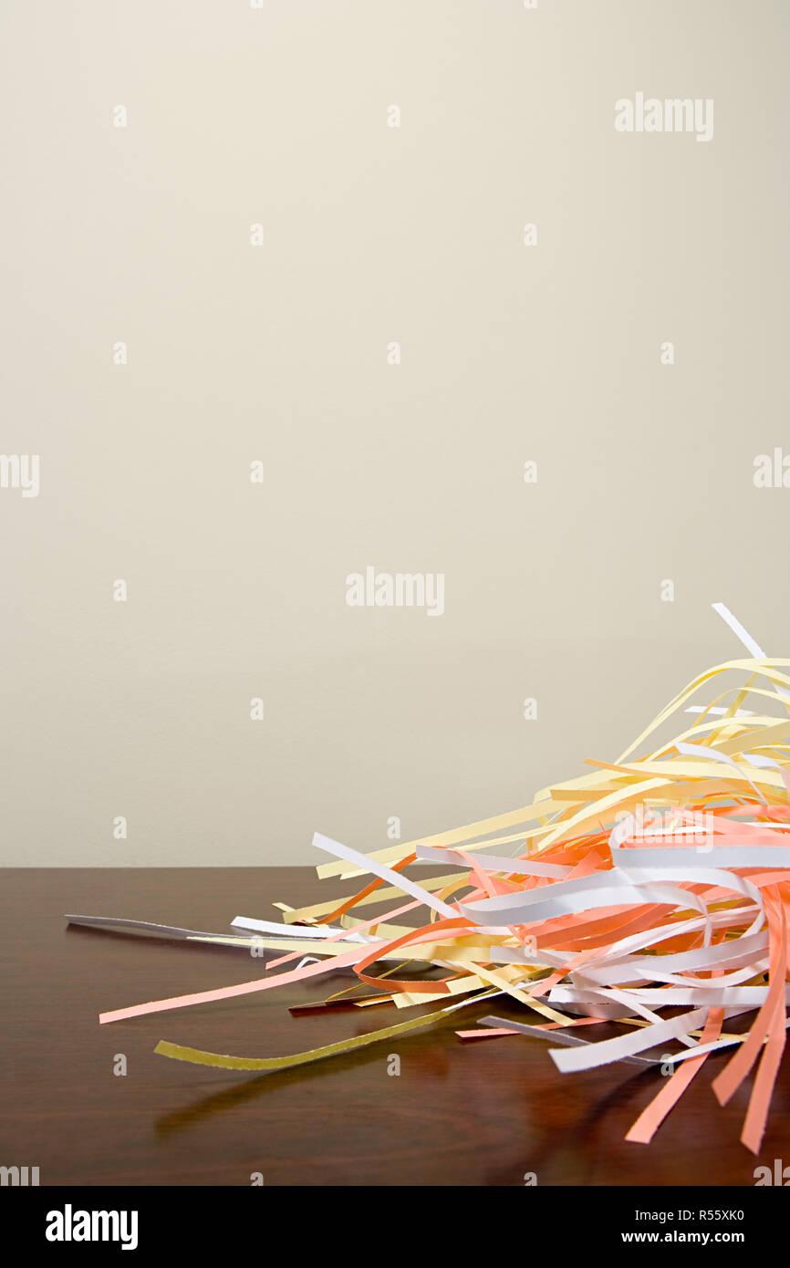 Papierschnitzel auf einem Schreibtisch Stockfoto