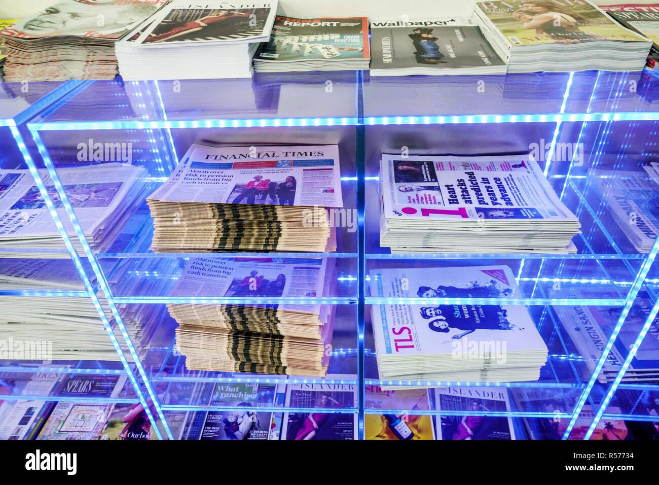Vereinigtes Königreich Großbritannien England London Longford Flughafen Heathrow LHR terminal British Airways Ankunftshalle Zeitschrift Zahnstangen kostenlose Zeitungen firs Stockbild
