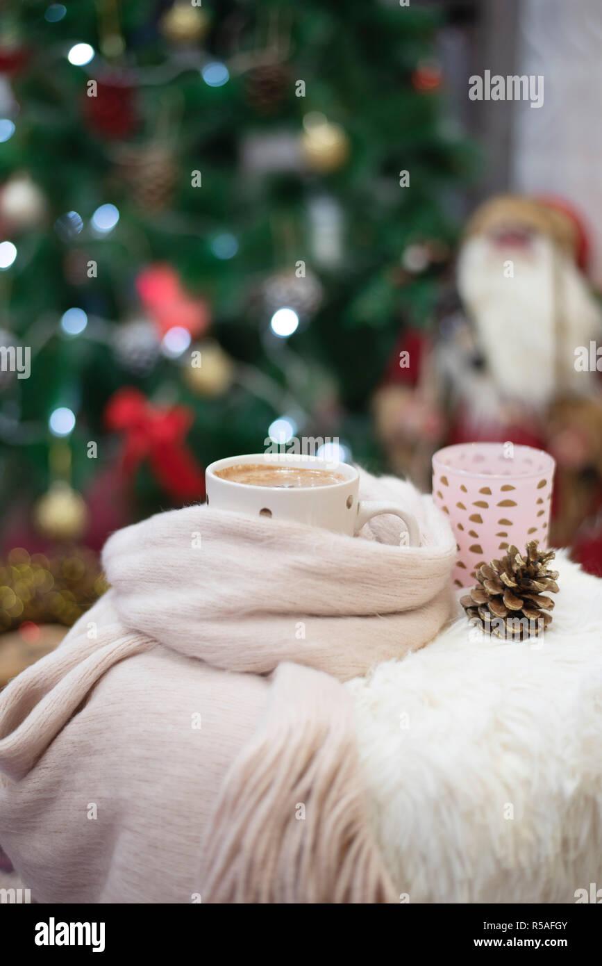 Christbaumkugeln Cappuccino.Der Weihnachtszeit Heiße Schokolade Einer Tasse Cappuccino Auf