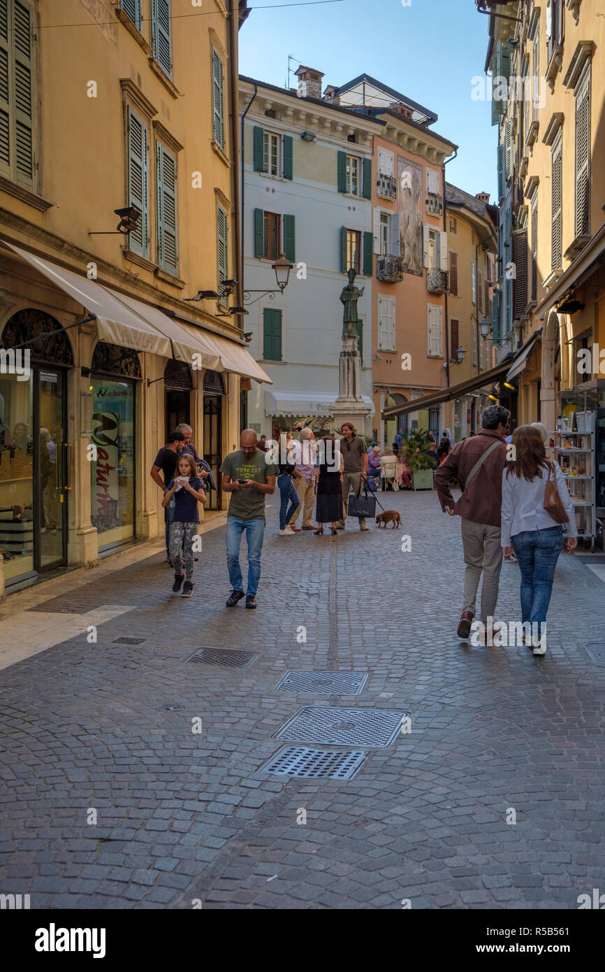 Enge Gasse in Salo, Einkaufsstraße, Gardasee, Brescia, Lombardei, Italien Stockfoto