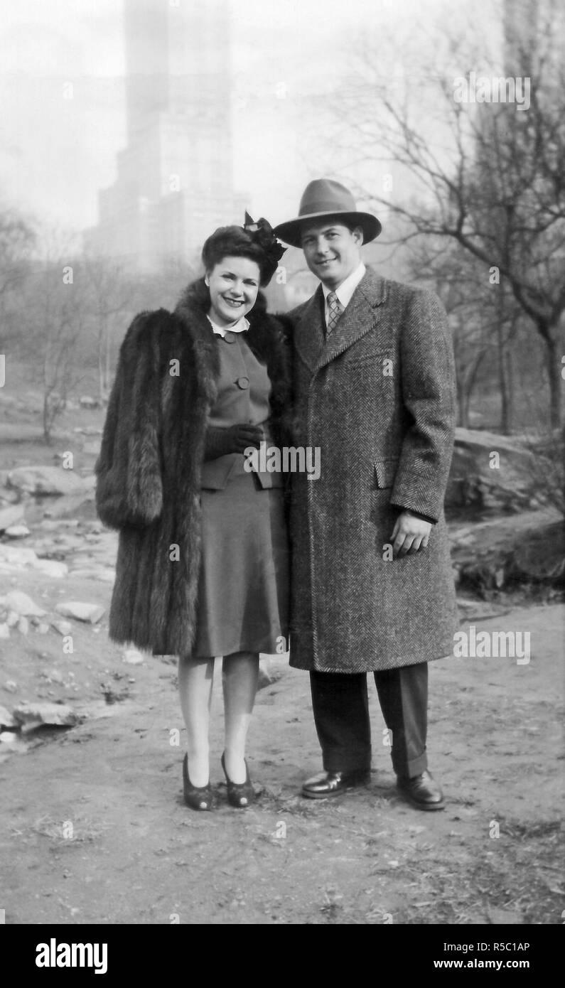 Archivierung Foto von ein paar Ende 20, ca. 1944, in einem Park in New York, USA. Stockbild