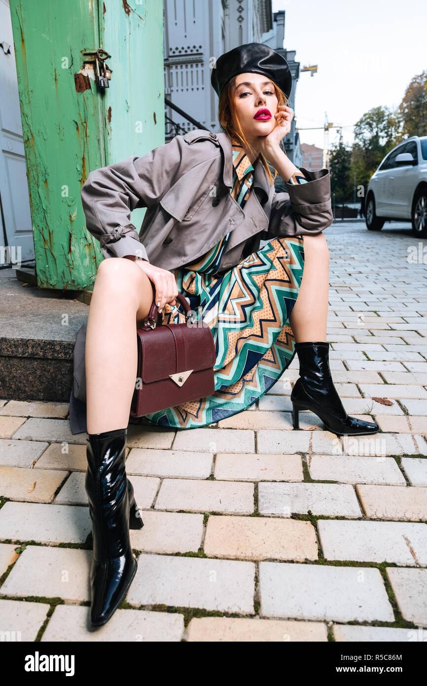 73cd1b12590f Lange Beine. Schöne rothaarige Junge elegante Frau mit langen Beinen mit  schwarzen Barett Stockbild