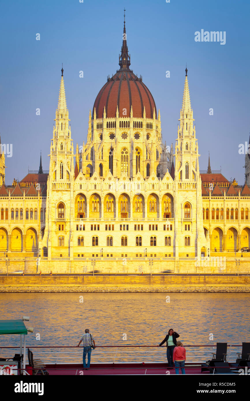 Ungarischen Parlament und die Donau beleuchtet bei Sonnenuntergang, Budapest, Ungarn Stockbild