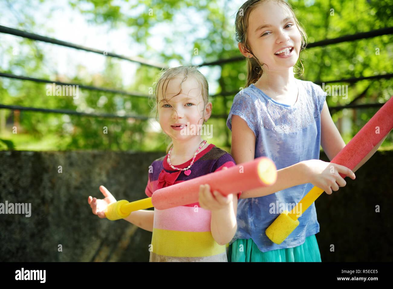 Adorable Kleine Mädchen Spielen Mit Wasser Gewehren Auf Heißen