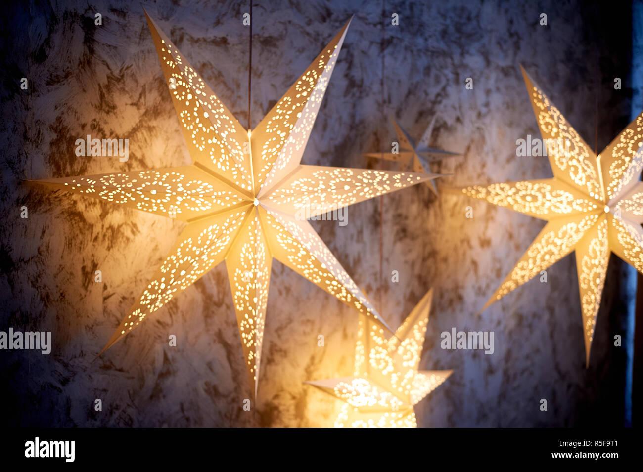 Großes Papier leuchtende Sterne. Weihnachten Dekoration Stockbild