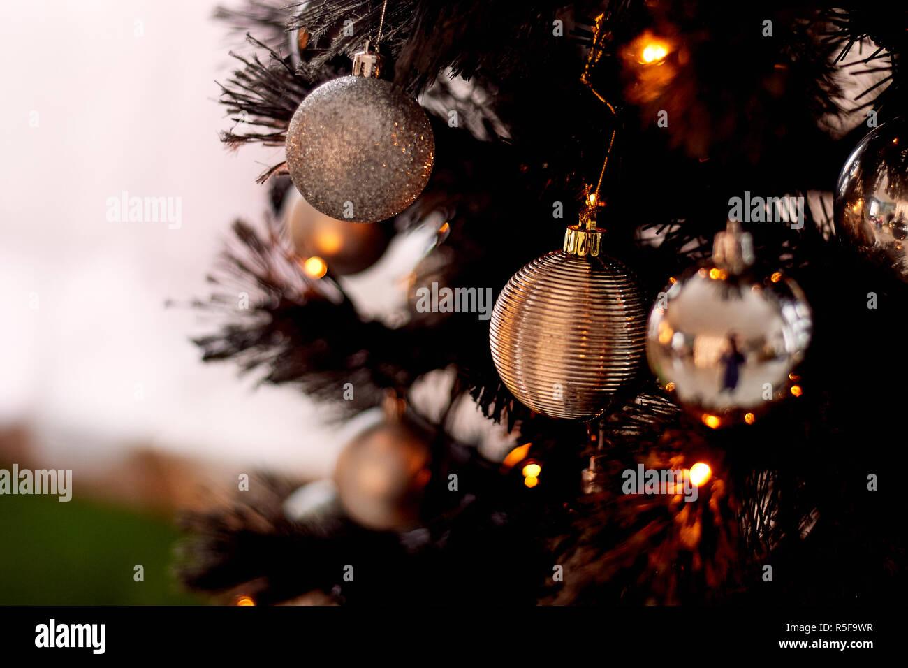 Kugeln auf dem Weihnachtsbaum, ein warmes festliches Licht Stockbild