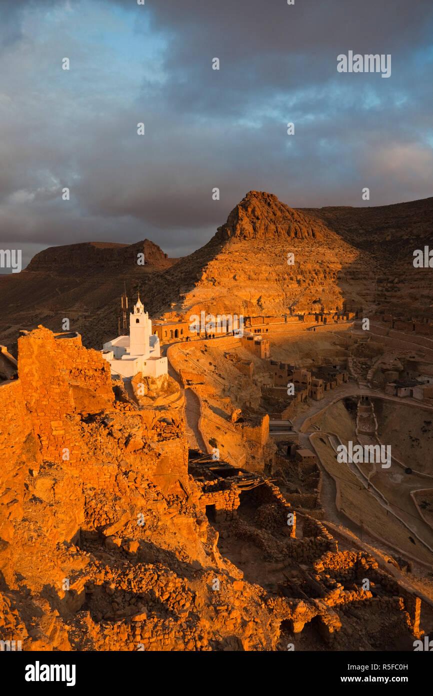 Tunesien, Ksour-Bereich, Chenini, Berber Dorf Moschee Ansicht, Sonnenuntergang Stockbild