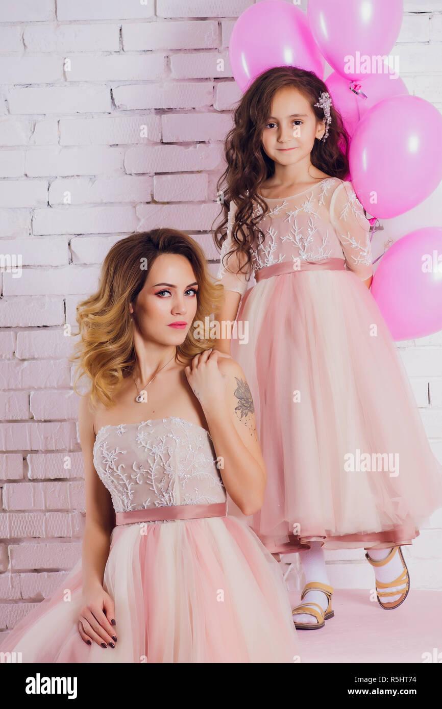 Mutter und Tochter in einem luxuriösen, Rosa, üppige Kleider