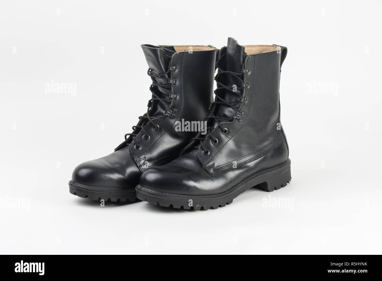 Paar Schwarze Armee Stiefel Auf Holz Stockfoto und mehr