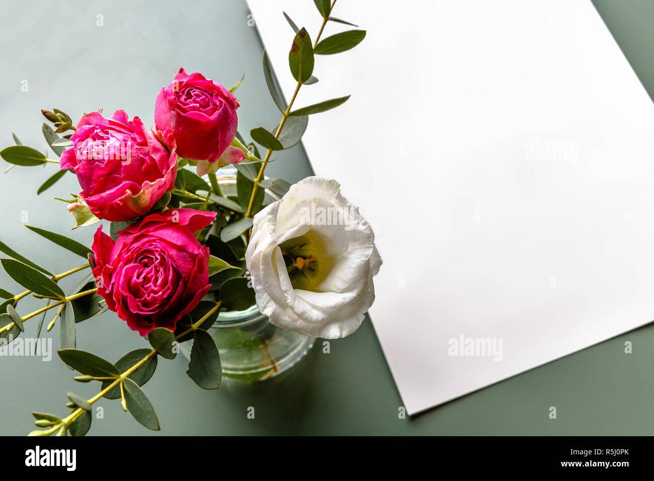 Blumenstrauß Rosa Und Weißen Blüten Stück Papier Auf Einem