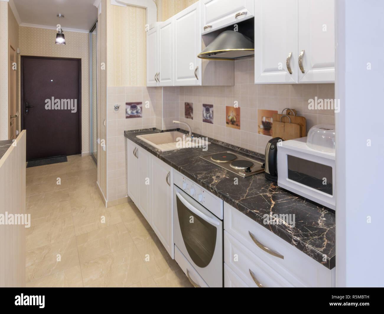 Einrichtung Einer 1 Zimmer Wohnung Blick Von Der Kuche Auf Die Eingangstur Stockfotografie Alamy