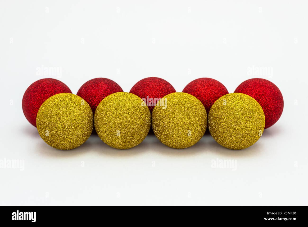 Christbaumkugeln Gelb.Fünf Roten Und Vier Gelbe Christbaumkugeln Liegt In Einer Reihe Auf