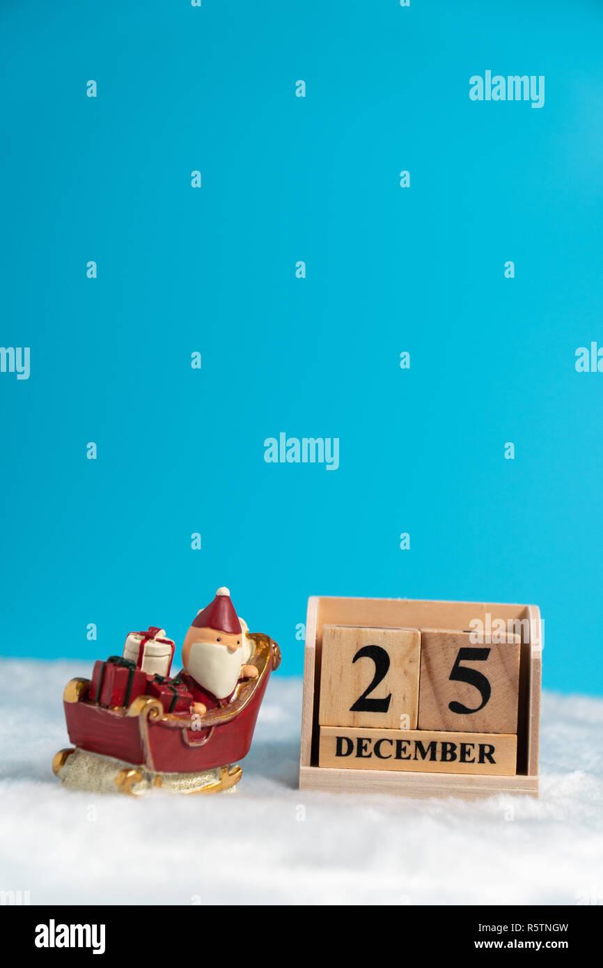 Weihnachten Datum.Santa Claus Mit Scooter Neben Holzblock Kalender Auf Dem Weihnachten