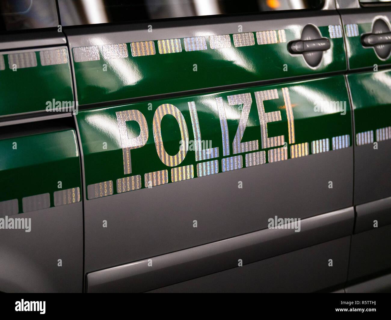 Schließen Sie herauf Bild von Buchstaben Polizei auf eine deutsche Polizei Auto Stockfoto