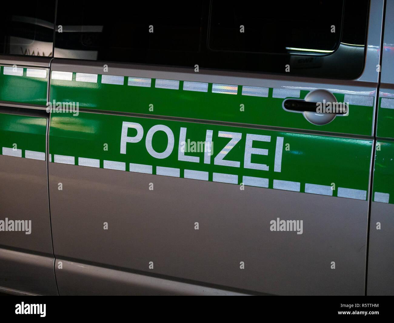 Schließen Sie herauf Bild von Buchstaben Polizei auf eine deutsche Polizei Auto Stockbild