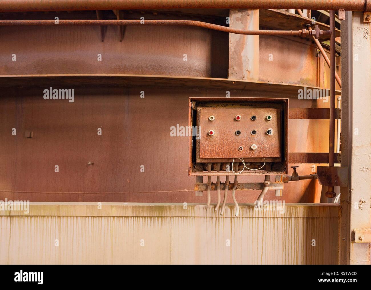 Verwitterte rusty industrielle Landschaft mit alten korrodierte Bedienfeld Stockbild