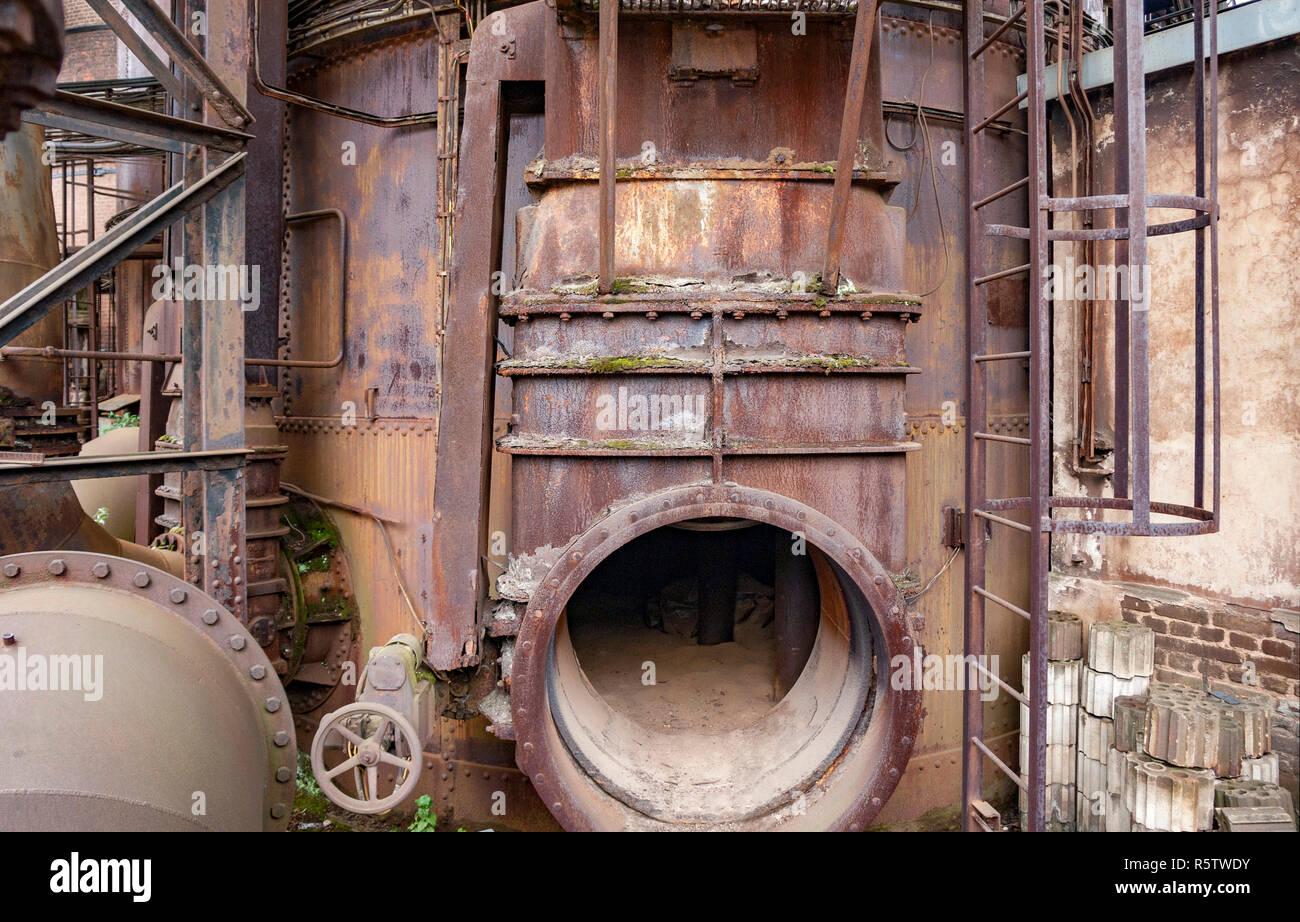 Verwitterte rusty industrielle Landschaft mit alten korrodierte Appliances Stockbild