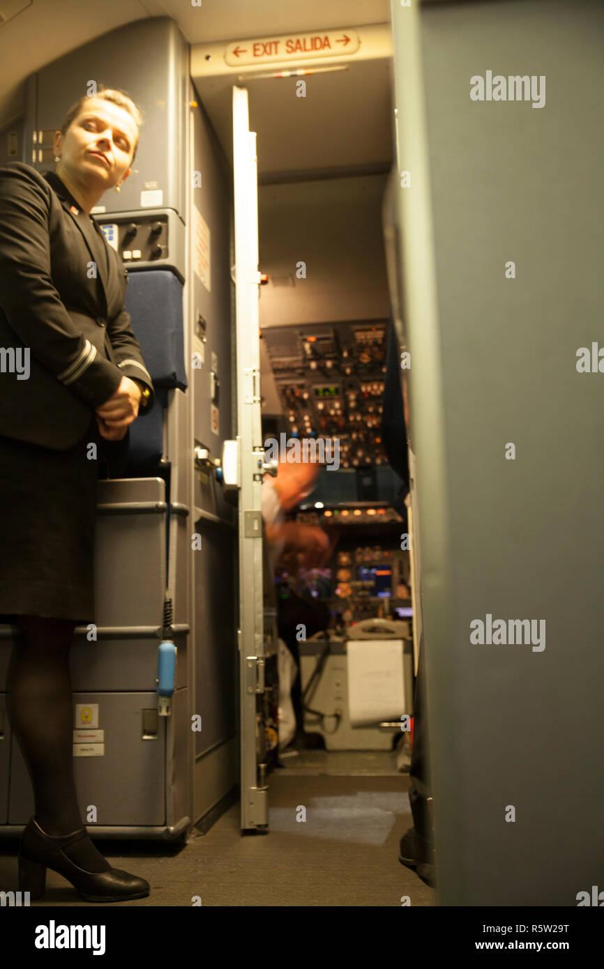 Im inneren des flugzeug mit cockpit t r ffnen vor dem for Tur mit scheckkarte offnen