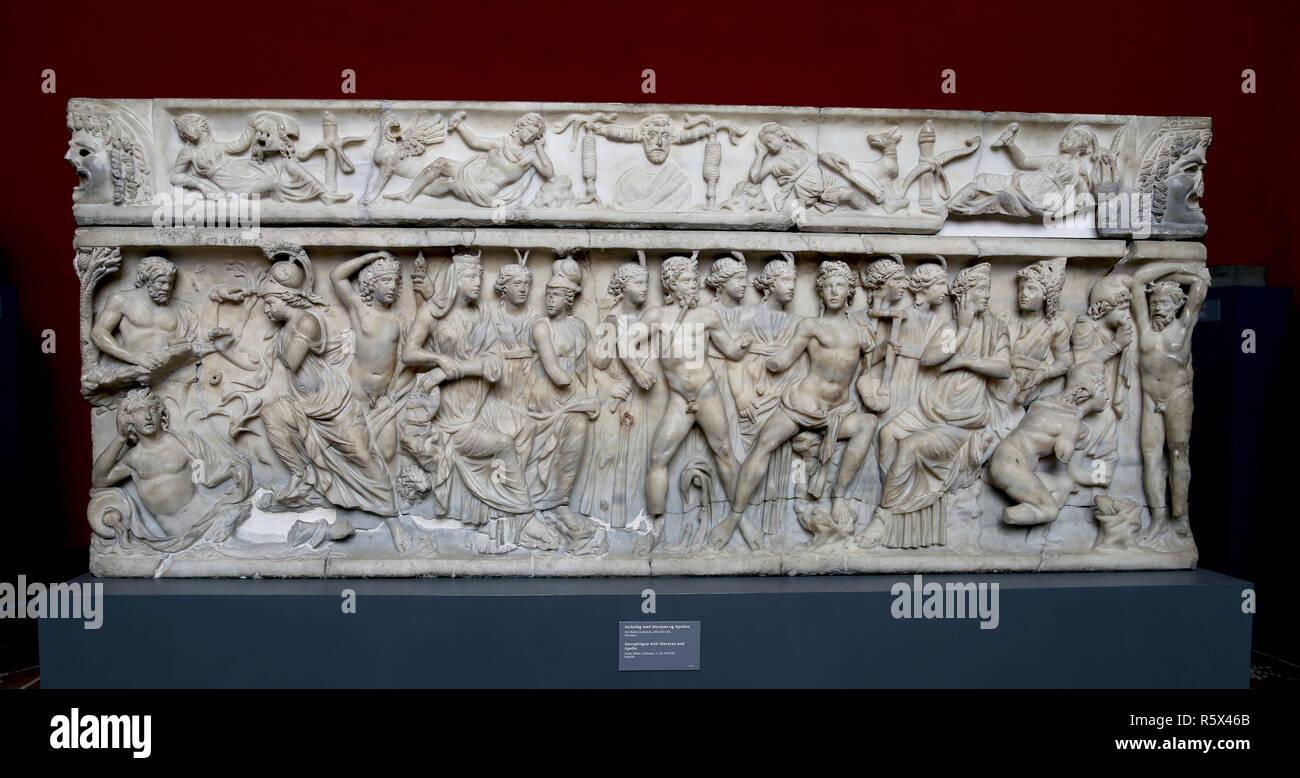 Römischer Sarkophag mit Marsyas und Apoll in der mythischen musikalischen Auseinandersetzung. Von Sidon, Libanon. (C. 200-210 AD). Marmor. Stockbild