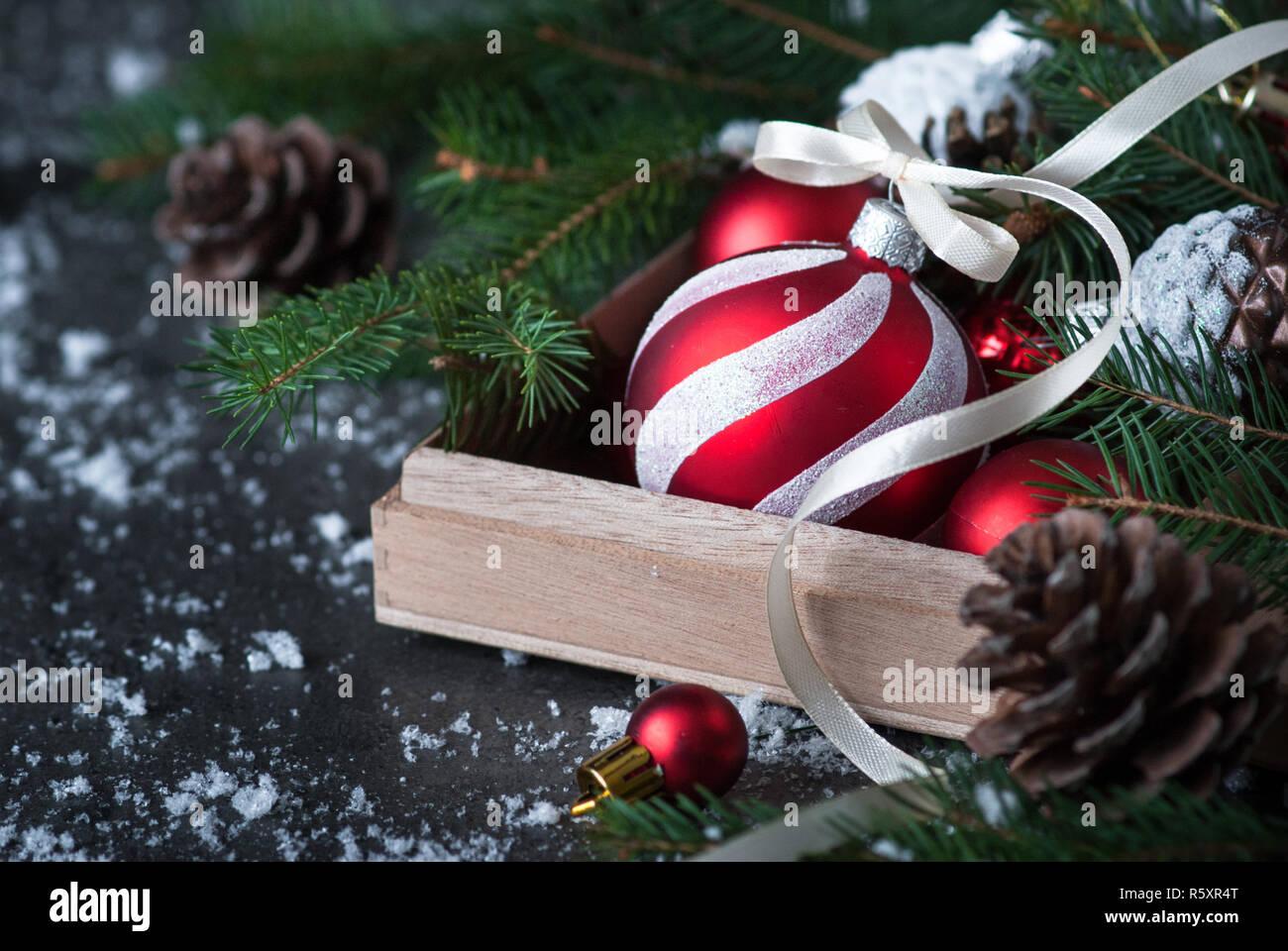 Weihnachtsschmuck rot Christbaumkugel in das Feld ein. Stockfoto