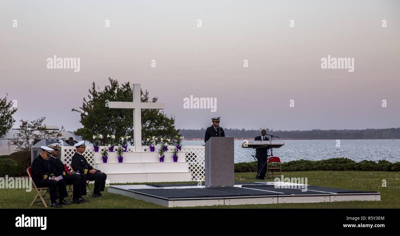 U.S. Navy Lt. j.g. Mercedes M. Speller, Kaplan, Hochschulseelsorger religiöse Bereicherung Entwicklung Betrieb, liefert das Anfangsgebet während der jährlichen Easter Sunrise Zeremonie, Camp Lejeune, N.C., 16. April 2017. Jedes Jahr das Marine Corps Installationen Osten Kaplan hosts Die Easter Sunrise Zeremonie für die Marines und Seeleute, ihre Familien zu bringen und das Osterfest feiern. Stockbild
