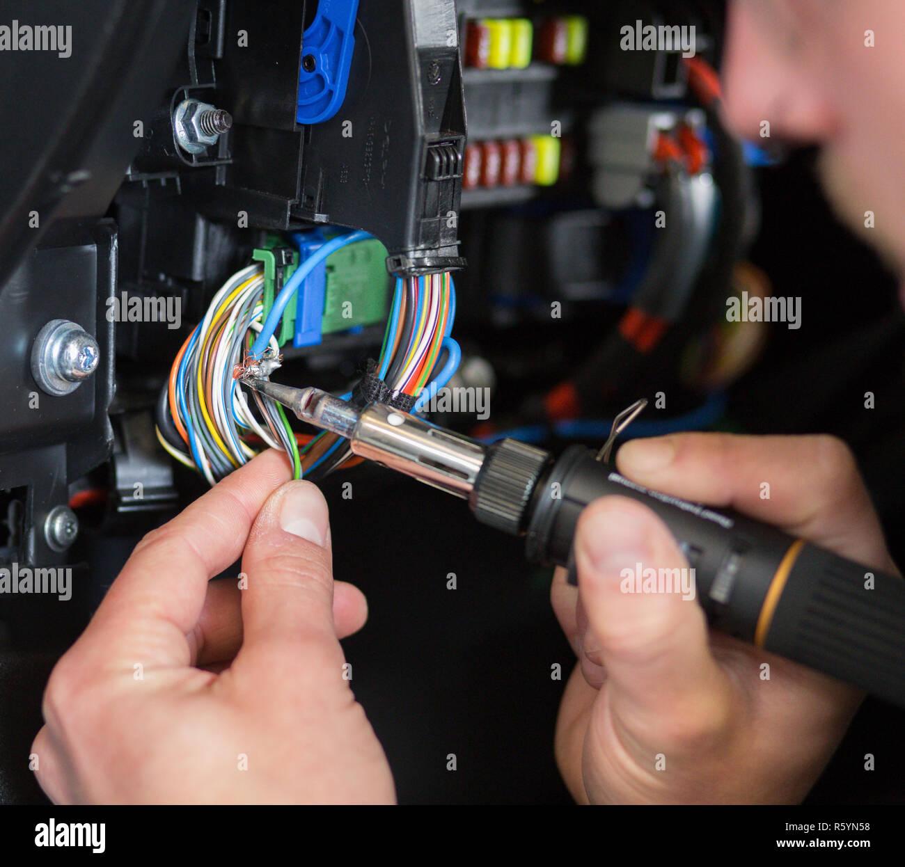 Lötarbeit eine KFZ-Elektrik Stockbild