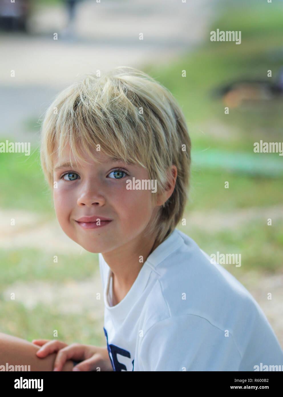 Porträt eines Jungen mit verschwommenen Hintergrund Stockbild