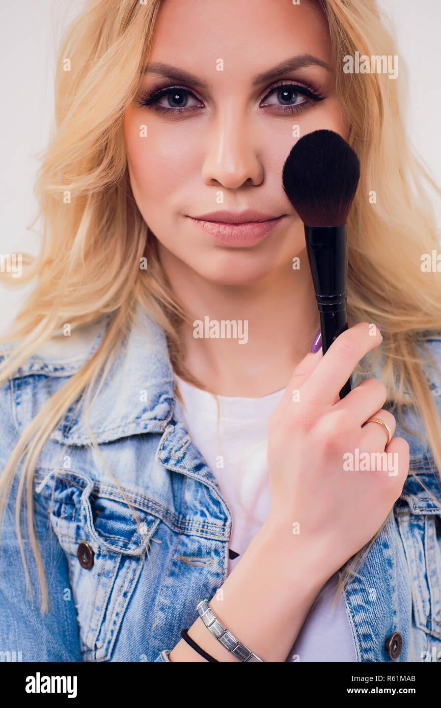 Schonheit Frau Mit Make Up Pinsel Naturliches Make Up Fur Blonde
