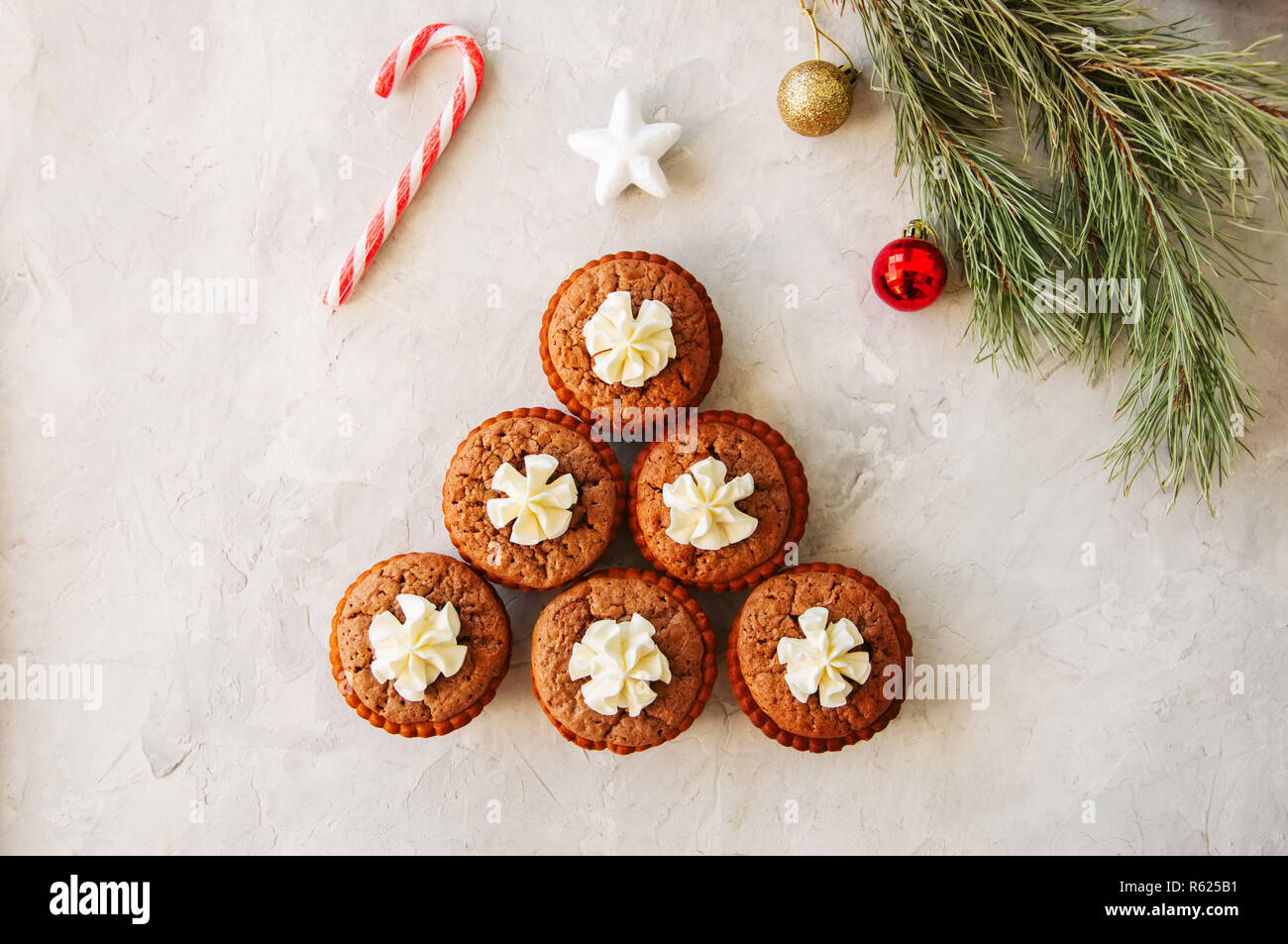 Brownie min Torten auf einem weißen Hintergrund. Festliches dessert Konzept Stockbild