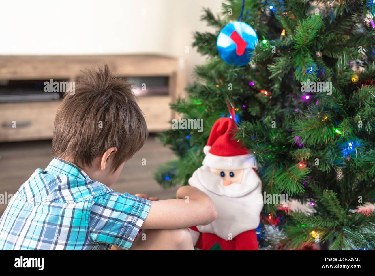 Santa Claus Near Christmas Tree Stockfotos & Santa Claus Near ...